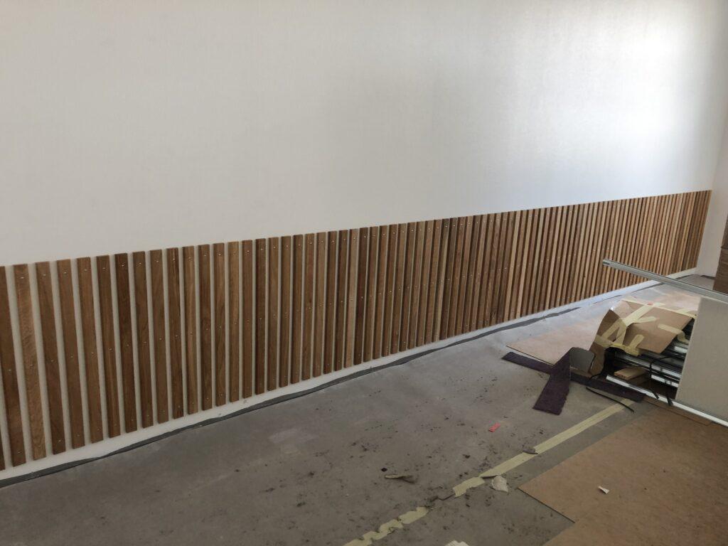 Montering af egetræslister på bagvæggen i klasselokaler
